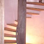 Escalier original taillé dans pilier en chêne qui supporte la toiture