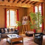Salon en stuc de terre crue, plafond vieux bois et tomettes de terres cuites sablé