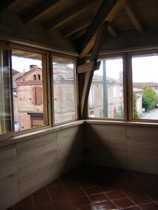 Angle sud ouvert à la lumière et protégé l'été par une avancée de toit importante