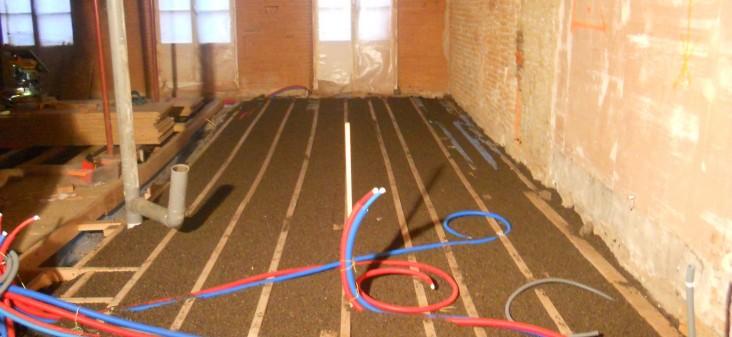 Isolation du plancher par du liège en vrac