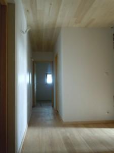 Couloir de distribution des chambres et sanitaires